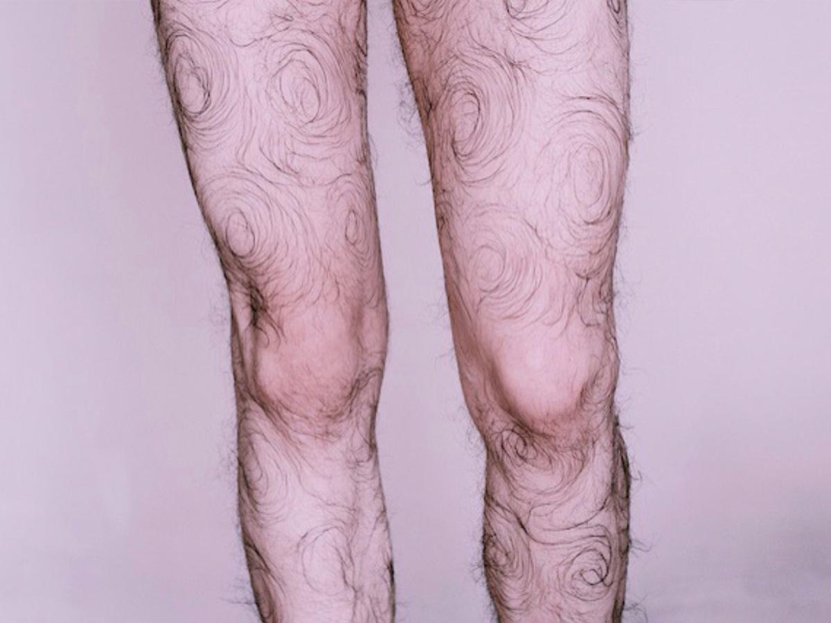 Faber Franco s'auto-tire le portrait avec des poils de jambes bouclés