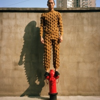 Shooting de mode et excursion dans les rues rétro-futuristes de Shanghai