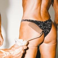 Des bodybuilders bien huilés pris en flagrant délit d'hypertrophie par Daniel Gebhart de Koekkoek